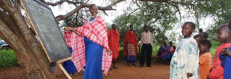 Schulen unter dem Baum in der Maasaisteppe